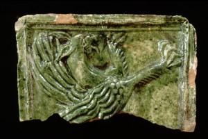 Fragment einer Blattkachel mit Greif, grün glasiert, Oberrhein, 2. Hälfte 15. Jh., Waldkirch, Eltztäler Heimatmuseum
