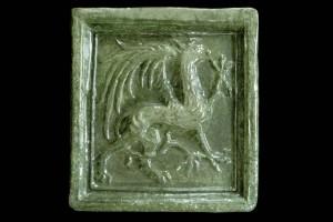 Blattkachel mit Greif, grün glasiert, Oberrhein, 2. Hälfte 15. Jh., Waldkirch, Eltztäler Heimatmuseum