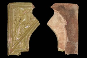 Fragment einer Nischenkachel vom Typ Tannenberg mit Greifen, gelb glasiert, Dieburg, um 1400, Eschau, Burg Wildenstein