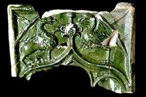 Fragment einer Nischenkachel mit durchbrochenem Vorsatzbaltt und Kielbogen mit Greifen, grün glasiert, Oberrhein, vor 1450, Hirschhorn, Museum