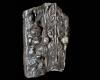 Fragment einer Eckkachel mit Hermenpfeiler mit Fischen unter den Achseln, geflügeltem Puttenkopf auf Hüfthöhe sowie Frauenkopf mit Perlenkette im Sockel, dunkelbraun glasiert, 1. Hälfte 17. Jh., H. 12,1 cm, Br. 7,6 cm, Altdahn, Burgmuseum
