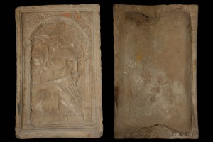 Fragment des Models einer Blattkachel mit der Allegorie des Zorns (Ira), unglasiert, Anfang 17. Jh., H. 28,5 cm, Br. 18,7 cm, Würzburg, Mainfränkisches Museum