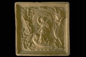 Blattkachel mit der Allegorie des Zorns (Ira) in hochovalem, mit musikinstrumentren besetztem Rahmen, unglasiert, Anfang 17. Jh., Schwäbisch Gemünd, Museum im Prediger