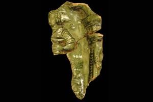 Fragment einer Blattkachel mit der Allegorie der Völlerei (Gula), grün glasiert, 17. Jh., H. 16,0 cm, Br. 9,0 cm, Esslingen, Stadtmuseum