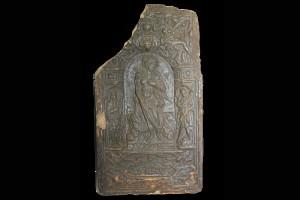 Fragment einer Blattkachel mit der Allegorie der Bequemlichkeit (Luxuria), graphitiert, nach 1603, H. 38,7 cm, Br. 21,6 cm, Schlüchtern, Bergwinkelmuseum