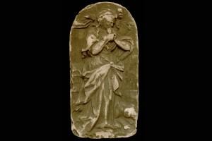 Gipsabformung des Innenfelds einer Blattkachel mit der Allegorie des Neids (Invidia), unglasiert, Anfang 20. Jh., H. 19,5 cm, Br. 10,0 cm, Schwäbisch Hall, Hällisch-Fränkisches Museum