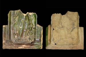 Fragment einer Blattkachel mit der Allegorie der Faulheit (Pigritia), grün glasiert, Anfang 17. Jh., H. 18,2 cm, Br. 18,3 cm, Frankfurt am Main, Archäologisches Museum