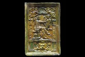 Fragment einer Blattkachel mit der Allegorie der Grammatik aus der Serie der der sieben freien Künste nach Georg Pencz (Typ 1), grün glasiert, letztes Drittel 16. Jahrhundert, Landenburg, Lobdengau-Museum