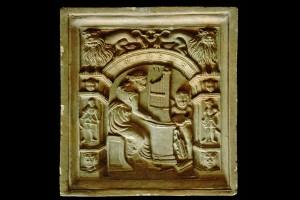 Blattkachel aus der Serie der sieben freien Künste nach Georg Pencz mit der Allegorie der Musik in einem Rahmen mit Wächtern und sitzenden Löwen (Typ 2), unglasiert, datiert 1588, H. 21,0 cm, Br. 20,0 cm, Schwäbisch Hall, Hällisch-Fränkisches Museum