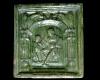 Blattkachel aus der Serie der sieben freien Künste nach Georg Pencz mit der Allegorie der Geometrie in einem Rahmen mit Wächtern und sitzenden Löwen (Typ 2), grün glasiert, letztes Drittel 16. Jh., H. 21,0 cm, Br. 20,0 cm Hechingen, Städtisches Museum