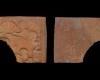 Fragment eines Backmodel mit der Allegorie der Geometrie aus der Serie der der sieben freien Künste nach Georg Pencz (Typ 1), unglasiert, letztes Drittel 16. Jh., H. 8,5 cm, Br. 9,7 cm, Frankfurt/Main, Archäologisches Museum