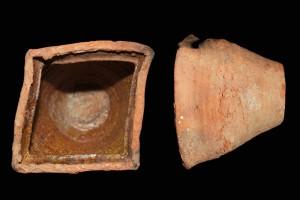 Fragment einer Napfkachel mit scharf profiliertem Rand und mit glattem Boden, braun glasiert, Ende 14. Jh., H. 13,5 cm, T. 11,8 cm, Wetzlar, Privatbesitz, urspr. Wetzlar, Hammelskopf
