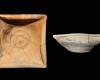 Fragment einer Napfkachel mit umgeschlagenem Rand und glattem Boden mit konzentrischen Rillen, unglasiert, 16. Jh., H. 17,3 cm, T. 6,4 cm, Hildburghausen, Privatbesitz, urspr. Hildburghausen, Knappengasse