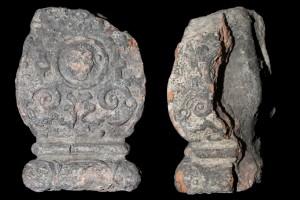 Fragment eines Ofenfußes in Gestalt eines Balusters mit Beschlagwerk, Medaillon mit Löwen mit Ring im Maul, graphitiert, Anfang 17. Jh., H. 17,7 cm; Br. 10,9 cm, Speyer, Historisches Museum der Pfalz