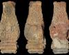 Fragment eines Ofenfußes in Gestalt eines Balusters mit Beschlagwerk, Medaillon mit Löwen mit Ring im Maul, graphitiert, Anfang 17. Jh., H. 28,3 cm; Br. 12,5 cm, Speyer, Historisches Museum der Pfalz
