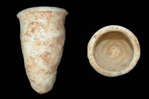 Fragment einer Spitzkachel, unglasiert, Ende 13. Jh., H. 18,0 cm, Großostheim, Bachgaumuseum, urspr. Großostheim, Neubau der Volksbank