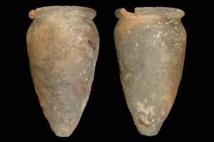 Fragment einer Spitzkachel, unglasiert, erstes Drittel 14. Jh., H. 19,3 cm, Mündungsdm. 10,4 cm, Friedberg, Wetterau-Museum