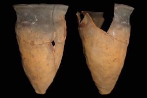 Fragment einer Spitzkachel, unglasiert, erstes Drittel 14. Jh., H. 21,0 cm, Mündungsdm. 14,5 cm, Darmstadt, Hessisches Landesmuseum
