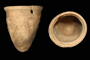 Fragment einer Spitzkachel, unglasiert, erstes Drittel 14. Jh., H. 15,7 cm, Mündungsdm.14,4 cm, Büdungen, Heuson-Museum