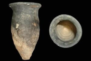 Fragment einer Spitzkachel, unglasiert, erstes Drittel 14. Jh., H. 19,2 cm, Mündungsdm.12,0 cm Friedberg, Wetterau-Museum
