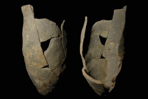 Fragment einer Spitzkachel, unglasiert, erstes Drittel 14. Jh., H. 17,0, Mündungsdm. 10,4 cm Würzburg, Mainfränkisches Museum, urspr. Wüzburg, Hotel Maritim, Töpferofen