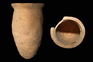 Fragment einer Spitzkachel, unglasiert, erstes Drittel 14. Jh., H. 18,4 cm, Mündungsdm. 10,4 cm, Römhild, Thüringisches Landesamt für Denkmalpflege, urspr. Unterkatz