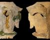 Fragment einer Nischenkachel mit geschlossenem Vorsatzblatt mit der knienden, lesenden Maria aus einer zweiteiligen Verkündigungsdarstellung vom Typ 1 unglasiert, 2. Hälfte 15. Jh., H. 22,0 cm, Br. 18,0 cm Saverne, CRAMS, urspr. Saverne, Rue Neuve
