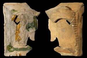 Fragment einer Nischenkachel mit geschlossenem Vorsatzblatt mit der knienden, lesenden Maria aus einer zweiteiligen Verkündigungsdarstellung vom Typ 1, unglasiert, 2. Hälfte 15. Jh., H. 22,0 cm, Br. 18,0 cm, Saverne, CRAMS, urspr. Saverne, Rue Neuve