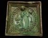Fragment einer Blattkachel mit taubandbesetztem Medaillon und der betenden Maria aus einer zweiteiligen Verkündigungsdarstellung grün glasiert, 2. Hälfte 15. Jh. Linz, Oberösterreichisches Landesmuseum