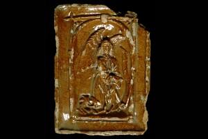 Nischenkachel mit geschlossenem Vorsatzblatt mit Verkündigungsengel aus einer zweiteiligen Verkündigungsdarstellung, dunkelbraun glasiert, 2. Hälfte 15. Jh., Colmar, Musée d´Unterlinden
