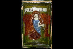 Fragment einer Nischenkachel reliefiertem Halbzylinder mit Marial aus einer zweiteiligen Verkündigungsdarstellung in der Art des Halberstadter Ofens, polychrom glasiert, um 1450, Nürnberg, Germanisches Nationalmuseum