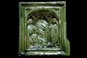 Blattkachel mit einer einteiligen Verkündigungsdarstellung nach Robert Campin, grün glasiert, Ende 15. Jahrhundert, H. 16,0 cm, Br. 15,5 cm, Geislingen an der Steige, Museum, urspr. Burg Helfenstein