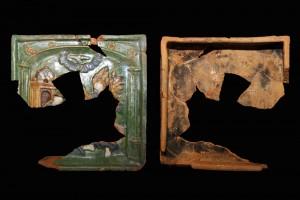 Fragment einer Blattkachel mit dem englischen Gruß, mehrfarbig glasiert, Anfang 16. Jahrhundert, H. 21,8 cm, Br. 22,0 cm, Volkach, Provatbesitz, urspr. Volkach, Rathaus