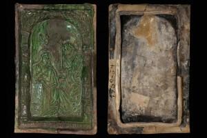 Fragment einer Blattkachel der Berman-Serie mit dem englischen Gruß, grün glasiert, 2. Hälfte 16. Jahrhundert, H. 29,6 cm, Br. 18,8 cm, Düsseldorf, Hetjens-Museum