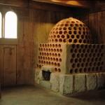 Rekonstruktion eines Becherkachelofens aus der Zeit um 1200 in der Niederadelsburg von Kranzach in Schwaben