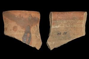Fragment der Mündung einer Becherkachel mit gekniffenem Fuß, unglasiert, randlich engobiert, Ende 12. Jahrhundert, Haibach, Heimat- und Geschichtsverein, urspr. Haibach, Ketzelburg