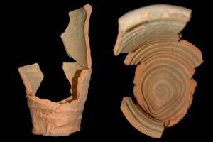 Fragment einer Becherkachel mit zu einem Rechteck gekniffenem Fuß, unglasiert, Ende 12. Jahrhundert, H. 21.0 cm, Mündungsdm. 14,0 cm, Aschaffenburg, Museen der Stadt, urspr. Aschaffenburg, Theaterplatz