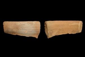 Fragment der Mündung einer Becherkachel mit der gekniffenem Fuß, unglasiert, 1. Hälfte 13. Jh. Hösbach-Rottenberg, Altes Rathaus, urspr. Hösbach-Rottenberg, Gräfenberg