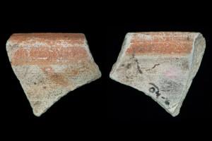 Fragment der Mündung einer Becherkachel mit der gekniffenem Fuß, unglasiert mit engobiertem Rand, Ende 12. Jh., H. 4,0 cm, Br. 4,2 cm, Hanau-Steinheim, Museum, urspr. Hanau-Steinheim, Schloß