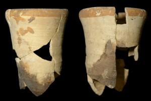 Fragment einer Becherkachel mit gekniffenem Fuß, unglasiert mit engobiertem Rand, Ende 12. Jh., H. 12,0 cm, Mündungsdm. 10,0 cm, Großkrotzenburg, Museum