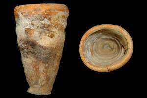 Fragment einer Becherkachel mit gekniffenem Fuß, unglasiert mit engobiertem Rand, Ende 12. Jh., H. 15,4 cm, Mündungsdm. 11,0 cm, Friedberg, Wetterau-Museum