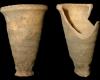 Fragment einer Becherkachel mit gekniffenem Fuß, unglasiert, Ende 12. Jh., H. 16,7 cm, Mündungsdm. 10,5 cm, Mainz, Landesmuseum, urspr. Mainz, Nauerngasse