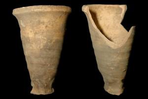 Fragment einer Becherkachel mit gekniffenem Fuß, unglasiert, Ende 12. Jh., H. 16,7 cm, Mündungsdm. 10,5 cm, Mainz, Landesmuseum, urspr. Mainz, Bauerngasse