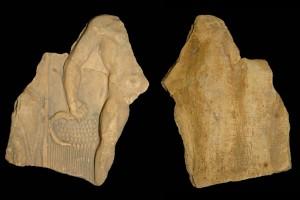 Fragment des Innenfelds einer Blattkachel mit dem Sommer aus der Serie der Jahreszeiten nach Matham, graphitiert, 17. Jh., H. 18,0 cm, Br. 14,3 cm, Mainz, Landesmuseum