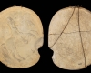 Fragment eines Models mit dem Innenfeld einer Blattkachel mit dem französischen König zu Pferde; Unterfranken, letztes Drittel 17. Jahrhundert, H. 31,0 cm, Br. 25,0 cm, Amorbach, Heimatmuseum