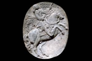 Fragment eines Models für das Innenfeld einer Blattkachel mit dem französischen König zu Pferde, unglasiert, letztes Drittel 17. Jahrhundert, H. 34,0 cm, Br. 28,0 cm, Nürnberg, Germanisches Nationalmuseum