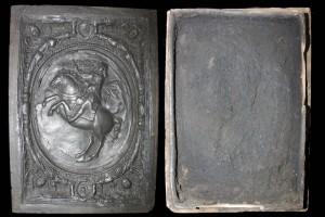 Fragment einer Blattkachel mit dem französischen König zu Pferde in Ingolstat-Rahmen, graphitiert, nach 1661, H. 48,2 cm, Br. 34,2 cm, Bamberg, Historisches Museum