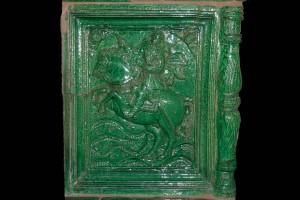 Fragment einer über Eck geführten Blattkachel mit dem französischen König zu Pferde, grün glasiert, letztes Drittel 17. Jahrhundert Nürnberg, Dürerhaus