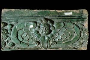 Fragment eine Gesimskachel mit geflügeltem Puttenkopf, grün glasiert, Ende 17. Jh., Karlsruhe, Badisches Landesmuseum