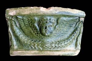 Eine Gesimskachel mit Puttenkopf aus Ettlingen
